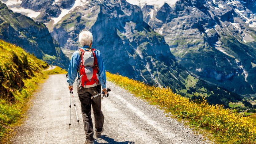Senioren-Wandern_Schweiz_Fotolia_137994184-835x470